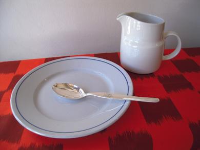 青い皿とオレンジのクロス