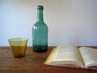 ガラス壜と本