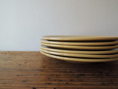 重なるパン皿