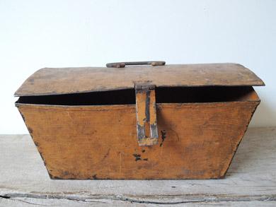 褐色の鉄箱